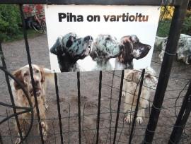 Koira ja varoituskyltit ovat hyvä apu varkaita vastaan.