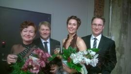 Palkinnon vastaanottavat Ari ja Elina Kujansuu sekä Pasi Nieminen ja Mia Mattila. Kuva Pia Maavirta