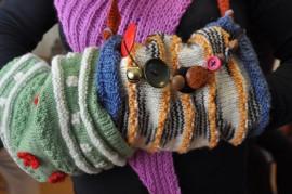 hypistelymuhvi hypistelymuhvit muhvi muhvit Somero-opiston naiset tekivät muhveja muhvit kädessä käsityö käsityöt