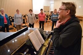 Olli Salomäenpää opettaa laulamaan.