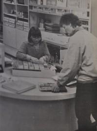 Vuoden alusta asiakkaan on kirjastosta lainatessaan aina esitettävä lainauskorttinsa. Jonoja voi syntyä, mutta siihen ei tepsi muu kuin kärsivällisyys