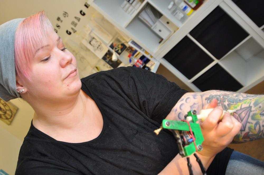 Anu Virtanen otatti ihoonsa ensimmäiseksi tatuoinniksi pääkallon. Sen jälkeen niitä on tarttunut useampi varsinkin vasempaan käteen. Oikea on vielä suht koht paljas.