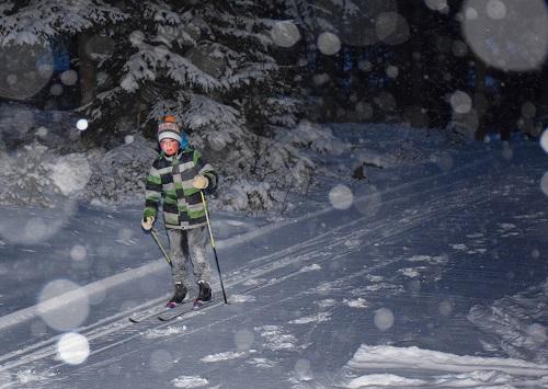 Roope Lehtinen hiihtää Someron Rankkulassa.