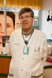 Proviisori Seppo Niiranen kertoo apteekin mielellään auttavan lääkekorvauksiin liittyvistä kysymyksistä.