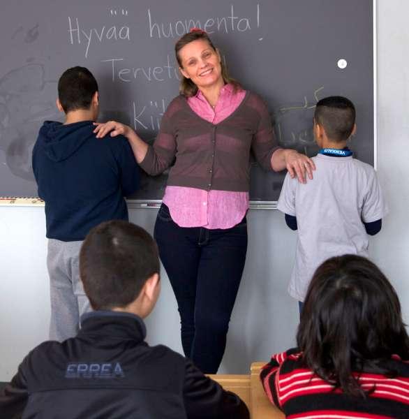 Meri Vilen opettaa maahanmuuttajalapsille perusasioita, jotta tekeminen muuttuisi rutiineiksi ja elämä uudessa kotimaassa  solahtaisi uomiinsa.