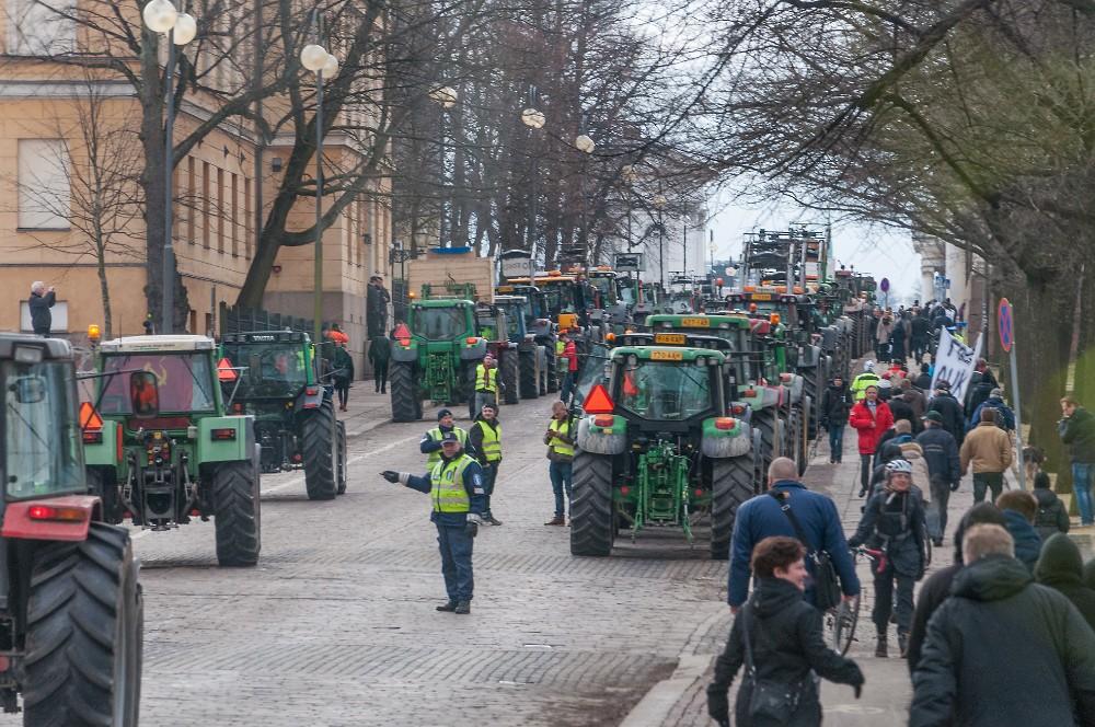 Senaatintori tuli täyteen ja seuraavaksi traktoreja pysäyteltiin Unioninkadulle.