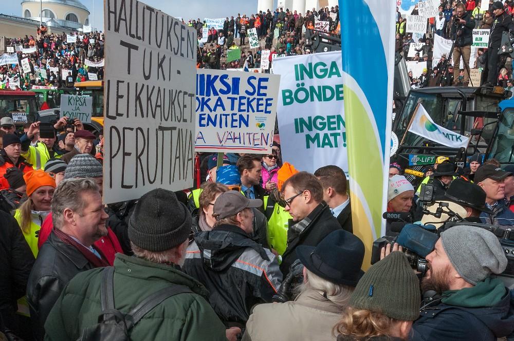 Pääministeri Juha Sipilä oli mennen tullen viljelijäjoukon piirityksessä. Kuva Sauli Kaipainen.