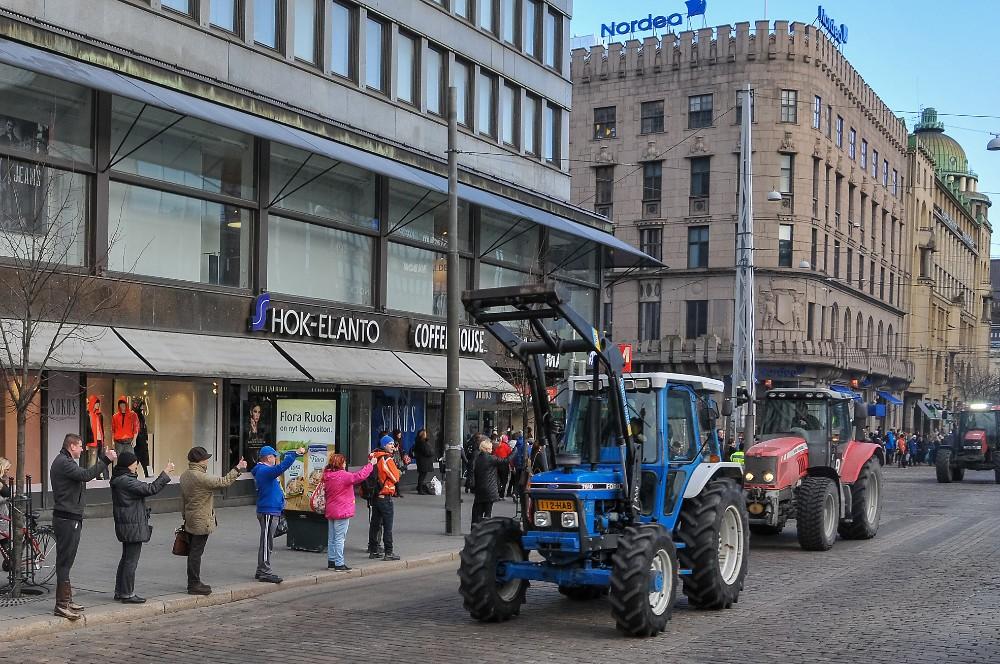Peukuttajia riitti runsain mitoin vielä traktorien suunnetessa koteja kohti. Kuva Sauli Kaipainen.