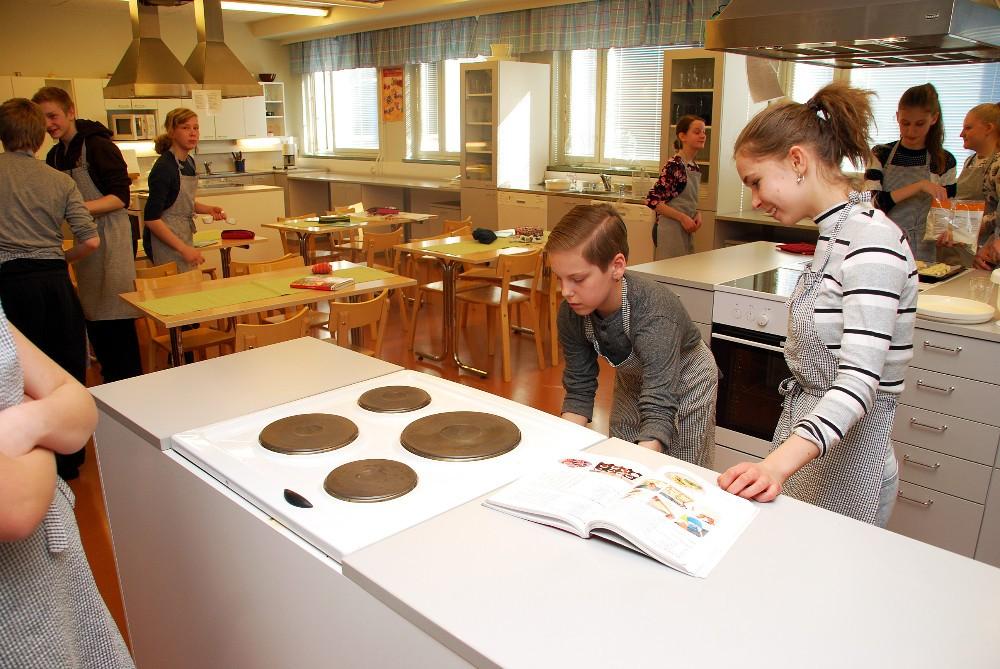 Waltteri Kanerva ja Noore Serlippens pitävät kotitaloustunteja rentoina. Kiirehtiminen opetustiloista toiseen harmittaa.