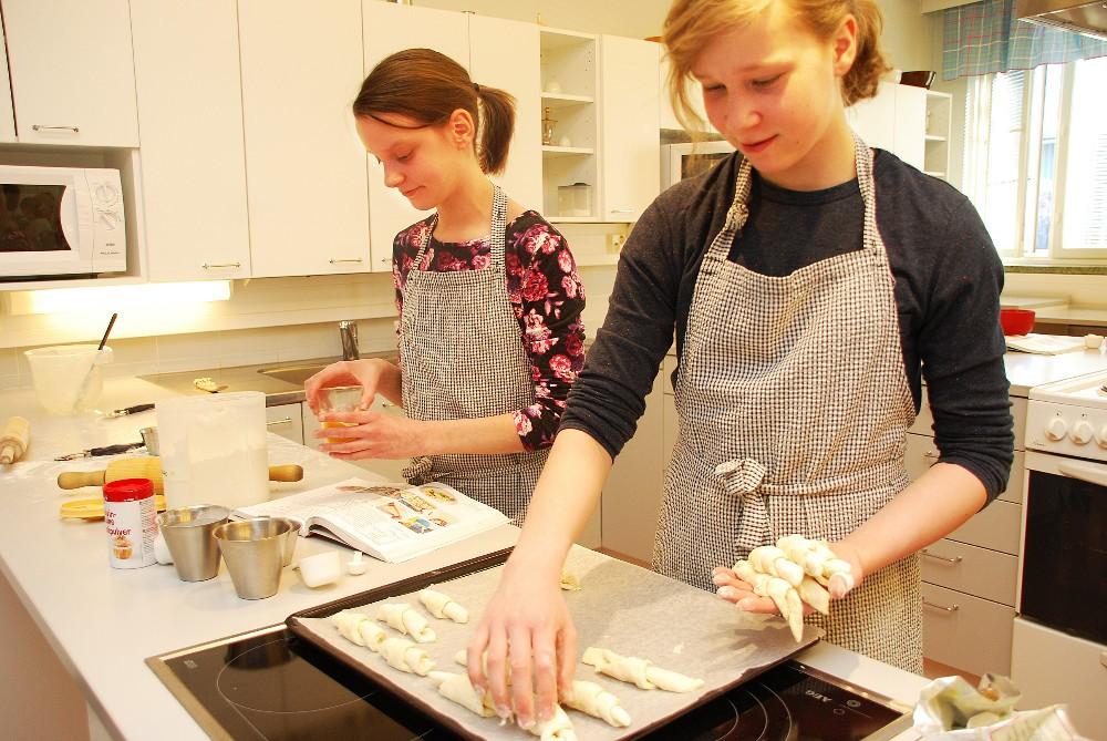 Elina Ojala ja Tiia Harhala leipovat juustosarvia.