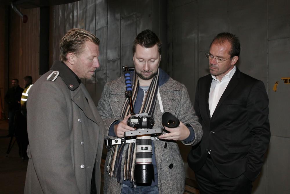 Tomi Salakari (keskellä) on sekä käsikirjoittanut että ohjannut elokuvan. Näyttelijät Kai Portman ja Nicke Lignell katsovat miltä kuvattu kohtaus näyttää.