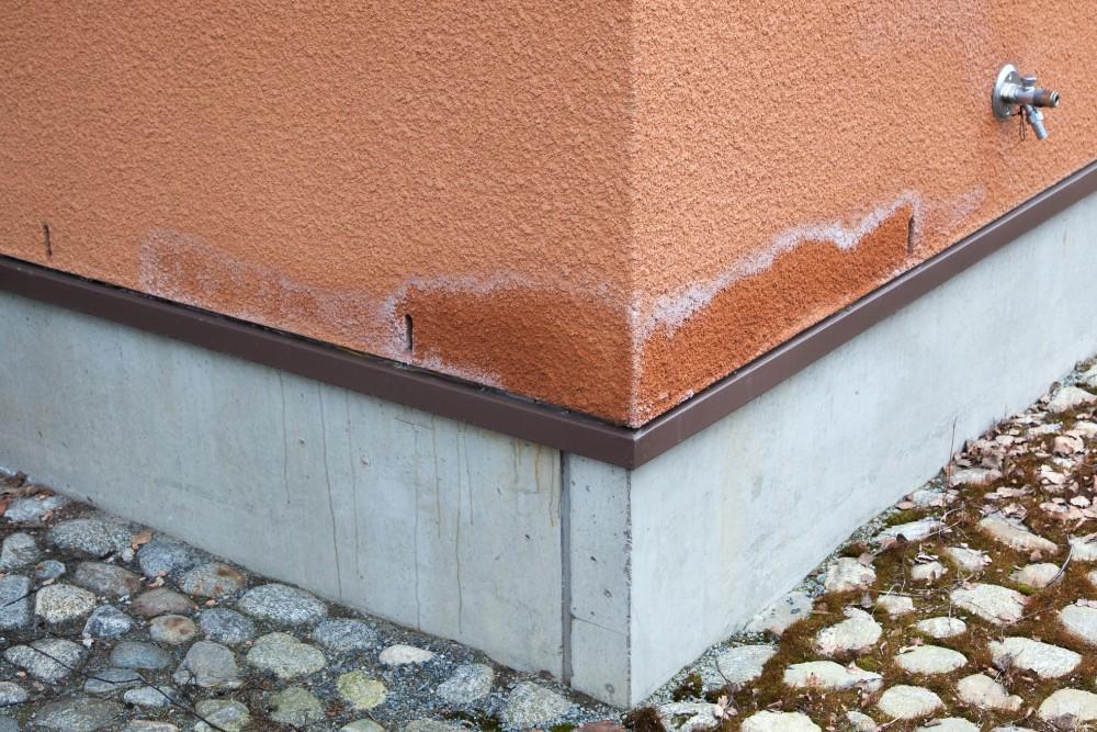 Kosteusläikät erottuvat selkeimmin seinän alaosassa.