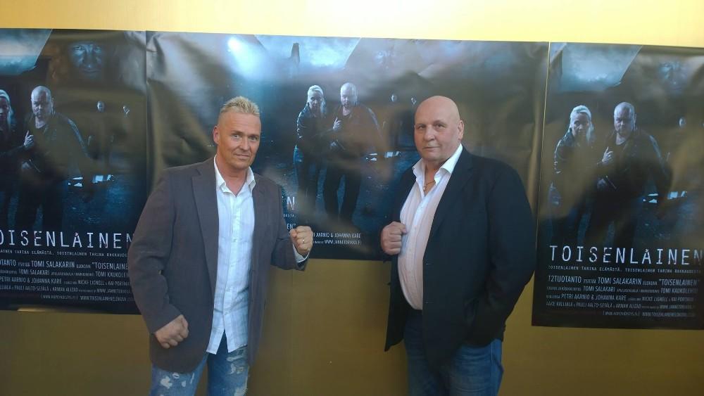 Somerolainen toimittaja Kai Merilä ja riihimäkeläinen nyrkkeilyvalmentaja Seppo Finnilä ovat elokuvassa pahiksia.