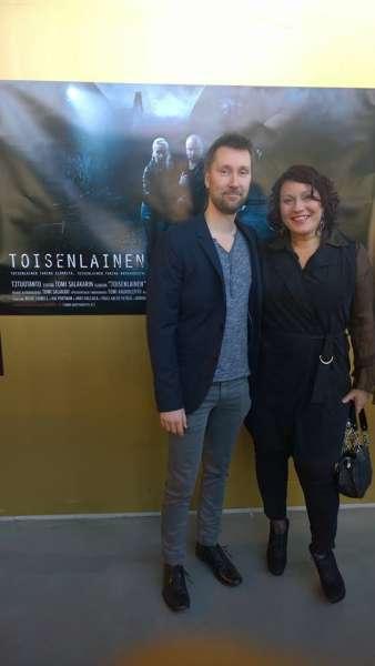 Somero-lehti sai kutsu Toisenlainen-elokuvan ensi-iltaan. Kuvassa ohjaaja Tomi Salakarin kanssa päätoimittaja Sari Merilä.