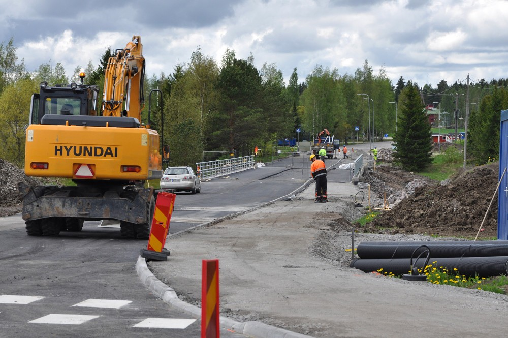 Jaatilan siltaa  päällystetään jo, ja viralliset avajaiset ovat keskiviikkona 8.6. Sen jälkeen silta avautuu liikenteelle. Tällä viikolla on tehty asvaltointia.