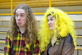 Konsertin jälkeen oppilaat saivat jutustella bändin poikien kanssa ja ottaa kuvia. Pukukilpailun voittaja Jere Harhala oli kuin Henrik Illikaisen identtinen kaksonen.