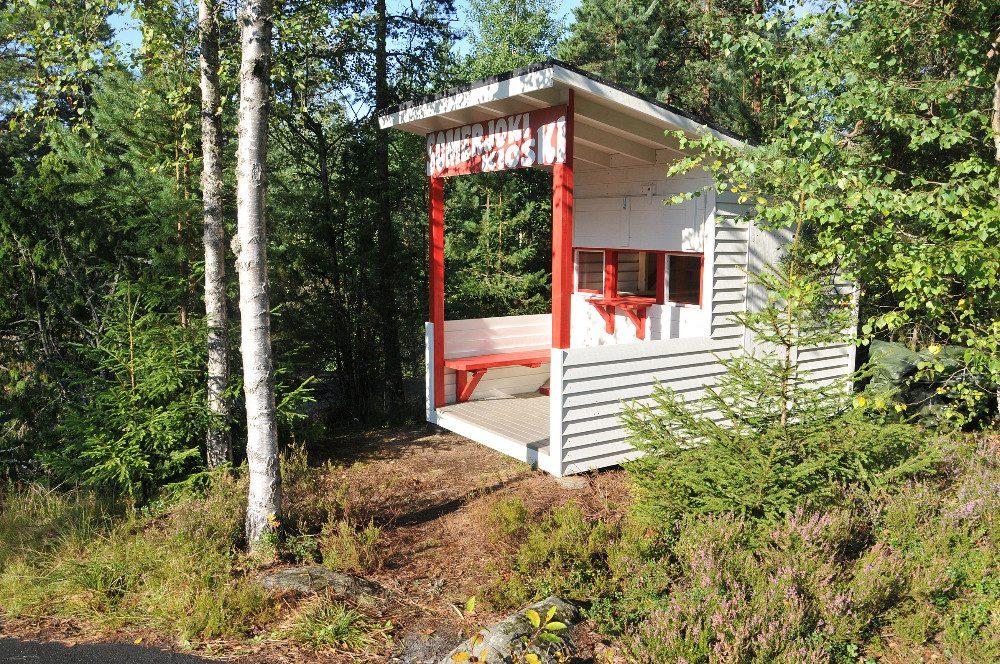 Kioski on Esakallion metsikössä, lähellä tanssilavan sisäänkäyntiä.