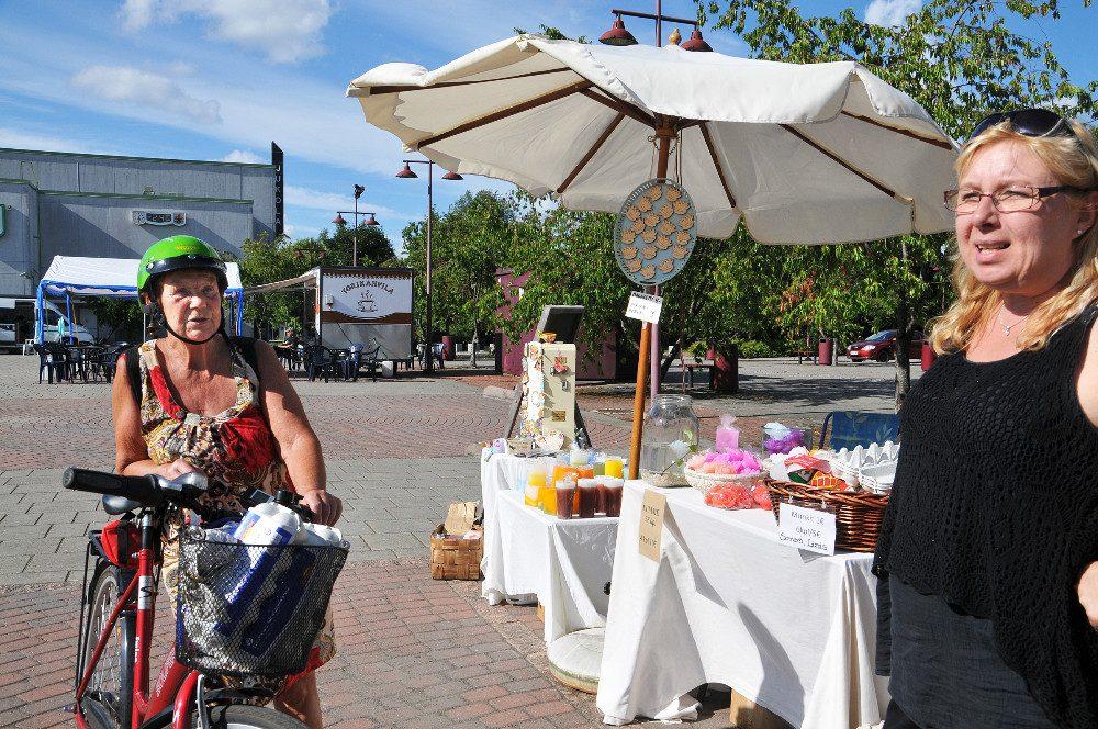 Iltatorin puuhanainen Minna Kri Åberg toivoo, että kaupunki avittaisi iltatorin markkinointia.