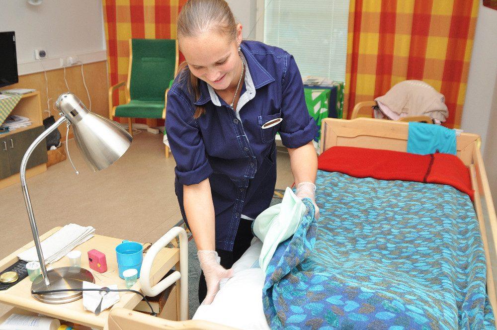 Hoitotyöhön tarvitaan jatkuvasti väkeä, varsinkin sijaisuuksiin. Marjukka Lamppu työskentelee kotihoidossa.
