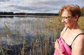 Oinasjärvi laituri uimari Hilkka Mäkinen rannalla järvi taustalla pyyhe
