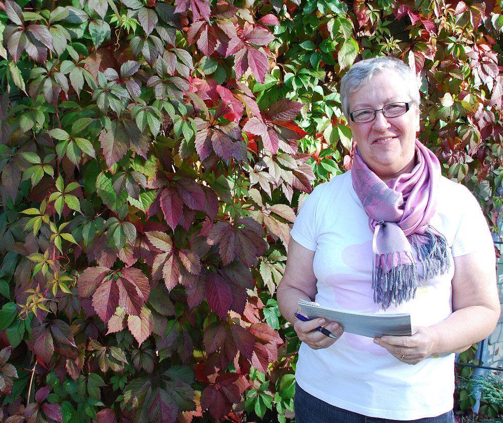 Rintasyöpää sairastanut Marja-Leena Romu teki kirjasen lohdutukseksi muille sairastuneille.