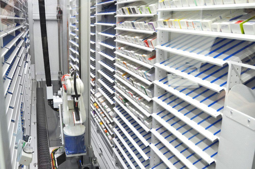 Lääkerobotti täyttää ja järjestelee varastoa ja etsii tilattuja lääkkeitä.