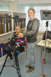 """Videokuvaukseen tarvitaan laadukas mikrofoni ja valoa antavat nykyisin tehokkaat ledit. Jesse Ollula pystytti lavasti kuvaustilanteen Somero-lehden toimitukseen, jossa """"haastateltavana"""" on Elina Ojalin."""