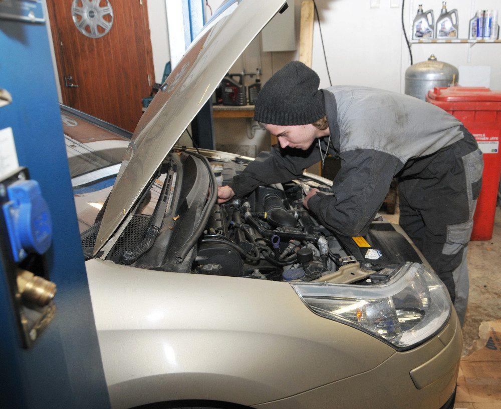 Matti Maaranen haluaa oppia tekemällä. Hän on ollut Someron Autokeskuksessa töissä oppimassa tammikuusta lähtien.