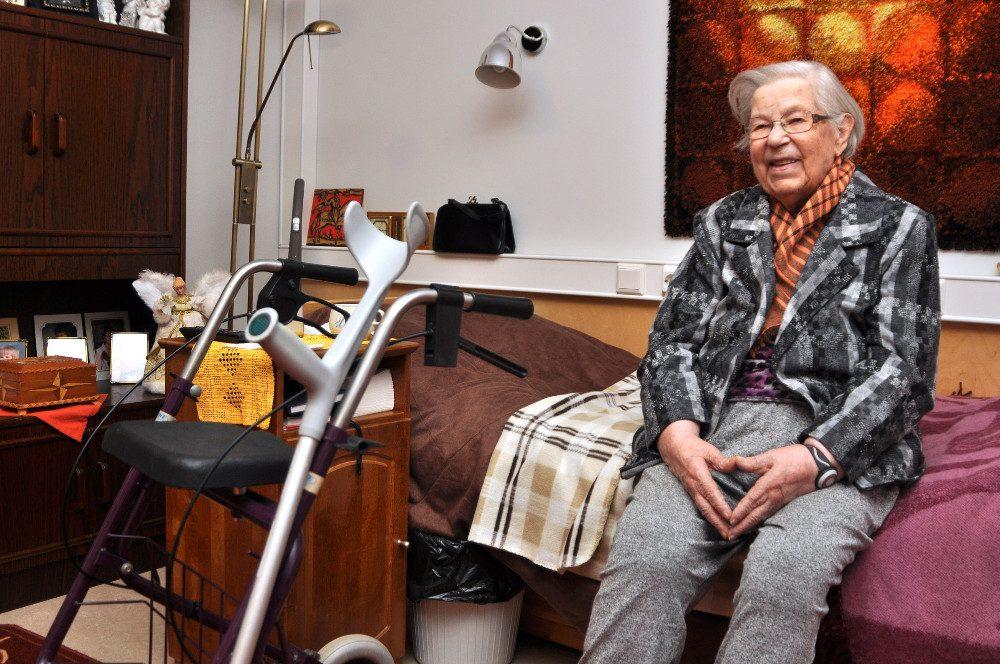 92-vuotias Aune Manner kehuu kotihoidon palveluita. - Täällä pidetään huolta, toteaa Manner, joka on käyttänyt kotihoidon palveluita kymmenisen vuotta. Nyt hän asuu palveluasunossa Lamminniemessä.