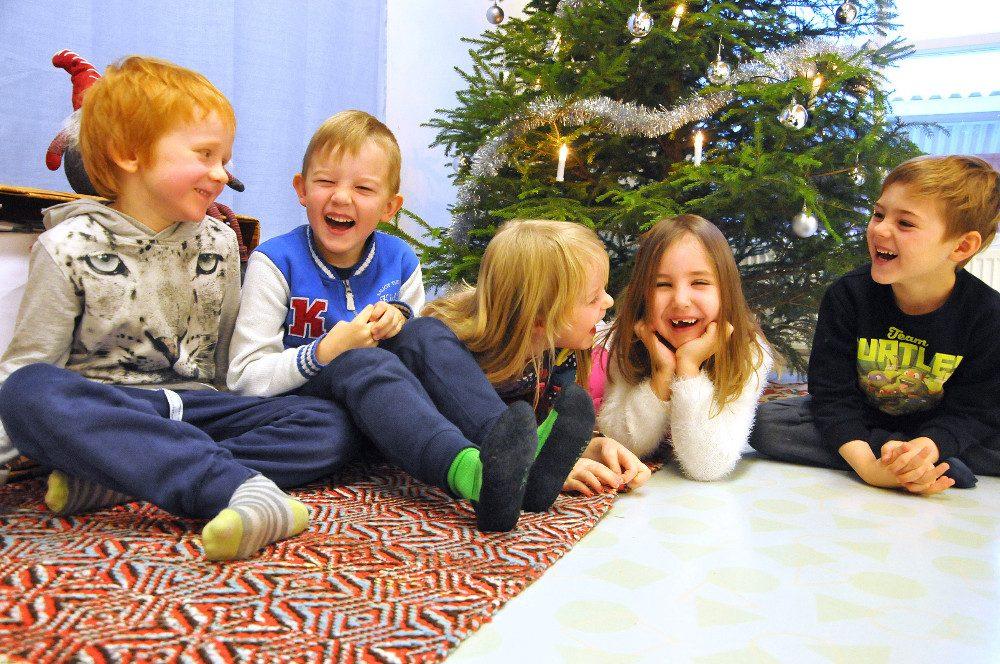 Risto Kaurala (vas.) , Elmeri Ruohonen, Eveliina Nivalinna, Inka Levonmäki ja Jesper Paju iloitsevat joulusta täysillä.