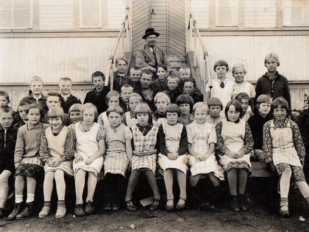Pajulan alakoulussa 1935. Inka Saarelma, jota kutsuttiin lapsena Siskoksi, tytöistä keskimmäisenä. Takana istuu opettaja Kustaa Hossi.