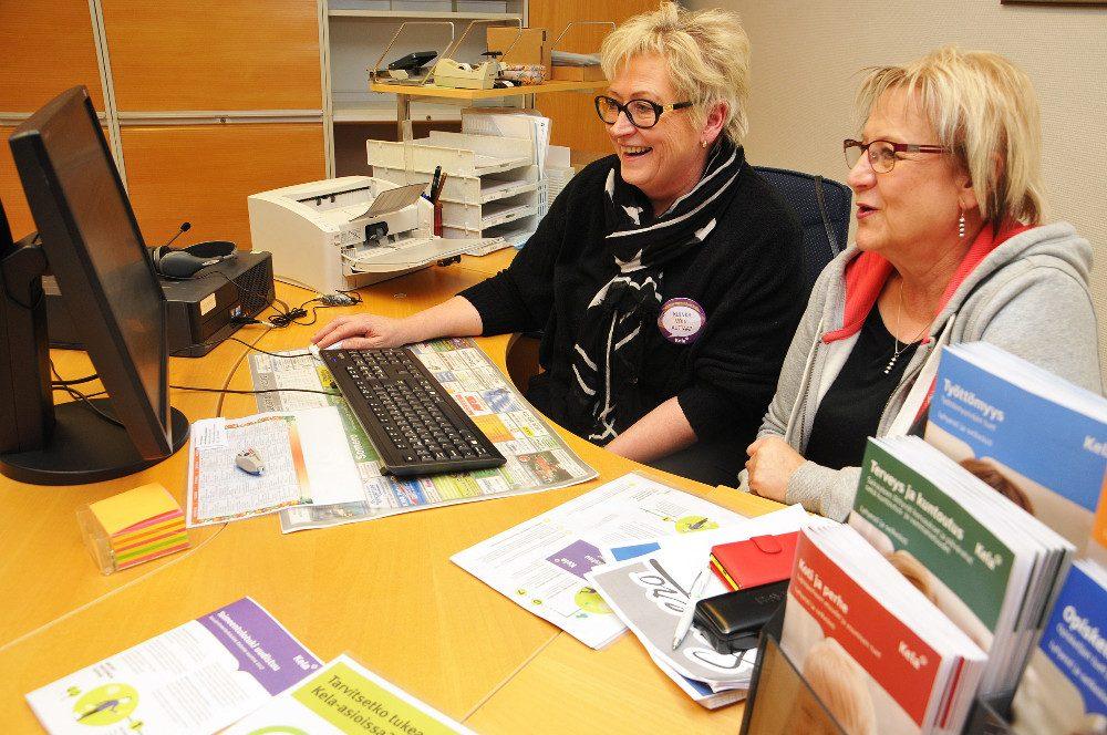 Kelanpalveluneuvoja Marita Ranta ja Someron kaupungin sosiaalitoimiston osastonsihteeri Jaana Sänger auttavet perustoimeentulotukien hakemisessa.