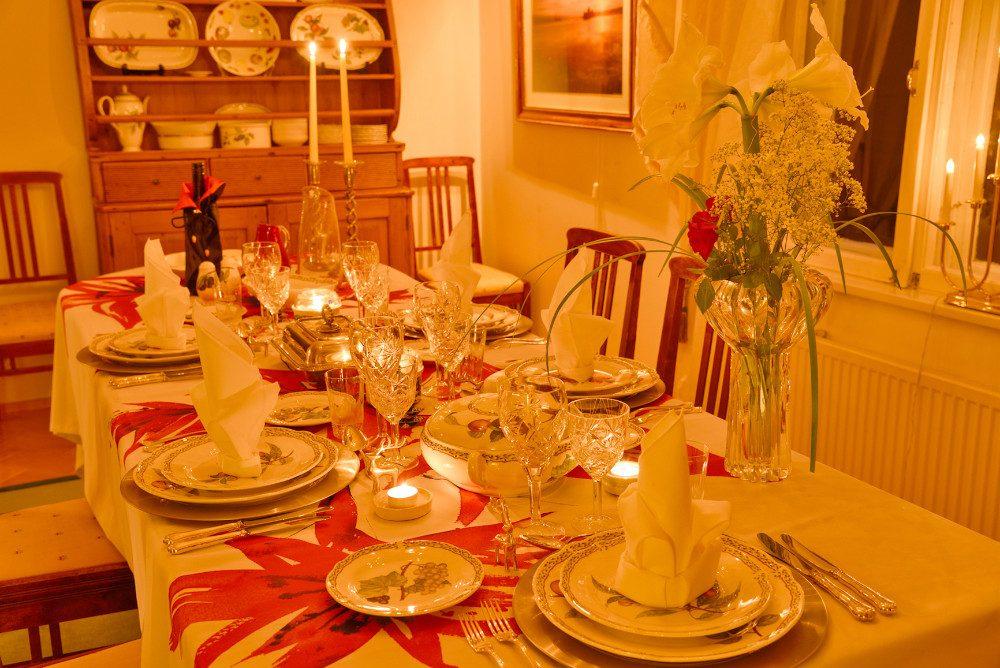 Arja Torkkomäki kattaa aattoillan ruokapöydän viidelle hengelle: itselleen, miehelleen Matille, tyttärelleen Emmalla, pojalleen Tuomaalle ja tämän tyttöystävälle Veronicalle.