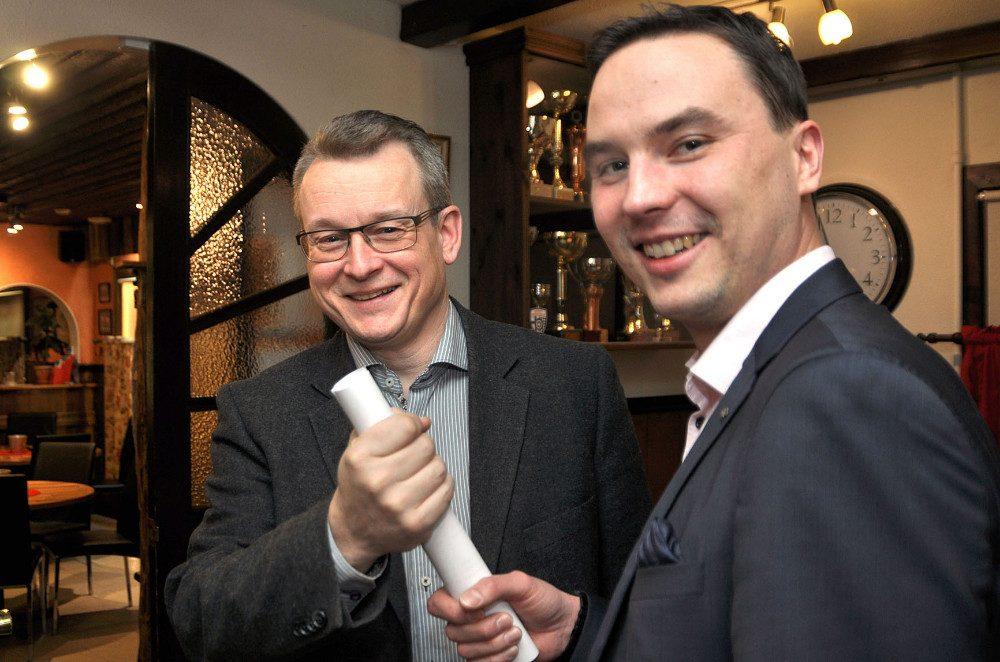 Pertti Purola (keskellä kuvassa) ottaa Someron Esan puheenjohtajuuden Joni Rintamaalta.