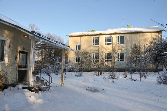 Ollilan vanha kyläkoulu sijaitsee rauhallisella paikalla ja luonnon keskellä. Kuva Sauli Kaipainen.