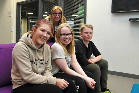 Nuorisovaltuustoehdokkaista esittäytyivät Lotta Sariola, Viivi Joosela ja Antti Pettersson. Takana erityisnuorisotyöntekijä Lea Ahonen.