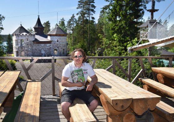 Sami Uotila on teettänyt satukirjan, joka kertoo Hiidenlinnasta, seikkailupuistosta ja koko Somerniemestä. Kirjan julkistus on kesäkuun aikana. Kattoterassille mahtuu noin 60 ihmistä ruokailemaan.